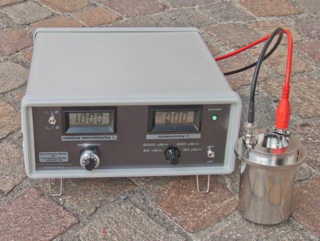 Dielectric oil breakdown meter