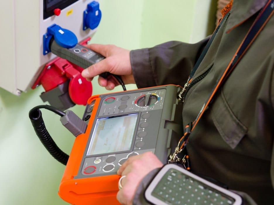 Usando el Medidor Multifunción de Instalaciones Eléctricas AMPI-530