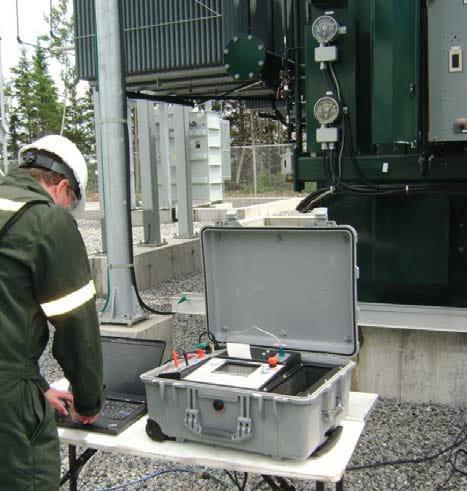 Operando con medidor automático de resistencia CC en bobinados AWRT-10A